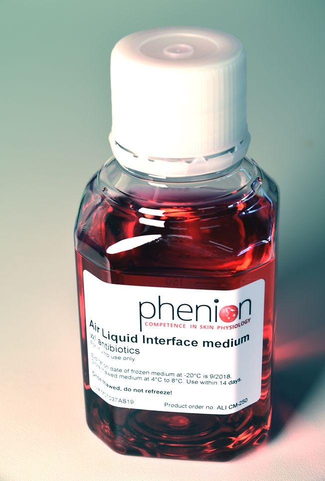 Bottle with air liquid interface medium.